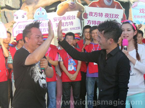 蔡潔輝出席電視台遊戲節目 與台灣名主持人董志成打成一片