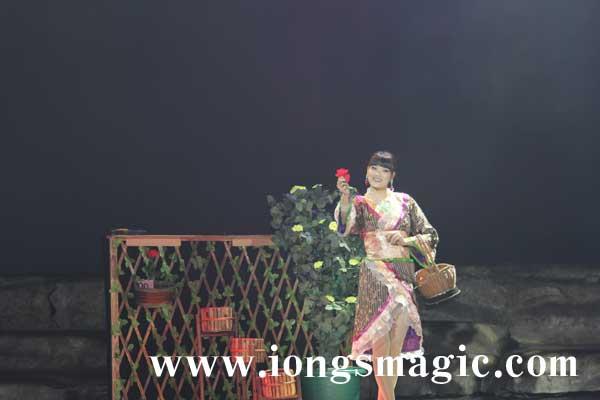 翁氏女魔術師 江秋薇為桂林上演魔術《蝶花》
